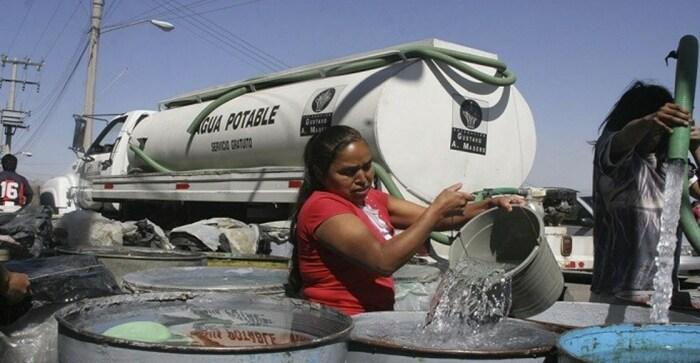 Воду, которая не отличается хорошим качеством, привозят раз в неделю / Фото: diarionoticiasweb.com