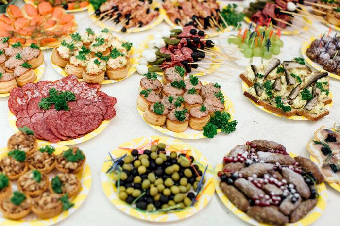 Чтобы сразу не опьянеть, необходимо хорошо закусывать / Фото: forumsamogon.ru