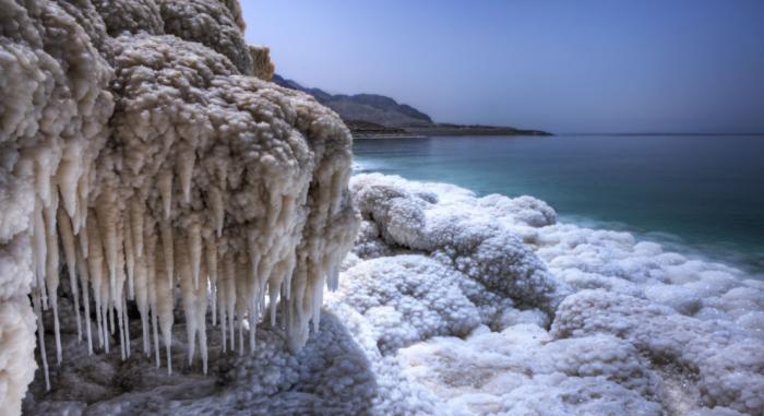 Концентрация соли в Мертвом море составляет тридцать процентов / Фото: za.pinterest.com