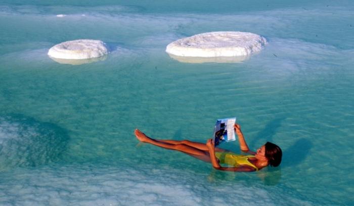 В Мертвом море невозможно утонуть, можно спокойно читать книгу / Фото: tutitam.ua