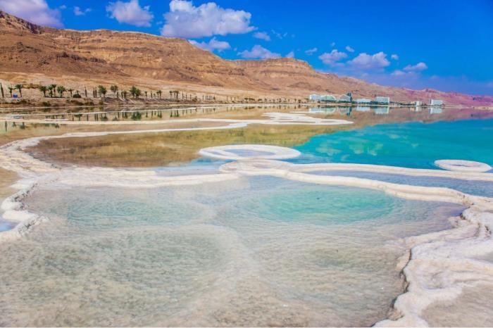 Несмотря на все запреты и ограничения, купание в такой воде очень полезно / Фото: expatexplore.com