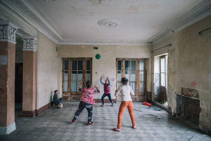 Беженцы из Абхазии до сих пор живут в полуразрушенном здании / Фото: zagge.ru