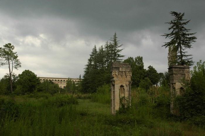 Некогда ухоженный парк постепенно превращается заросли джунглей / Фото: bestlj.ru