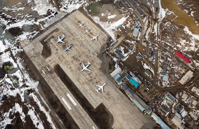 Практически у самых шахт начинается территория аэропорта / Фото: lamazo.livejournal.com