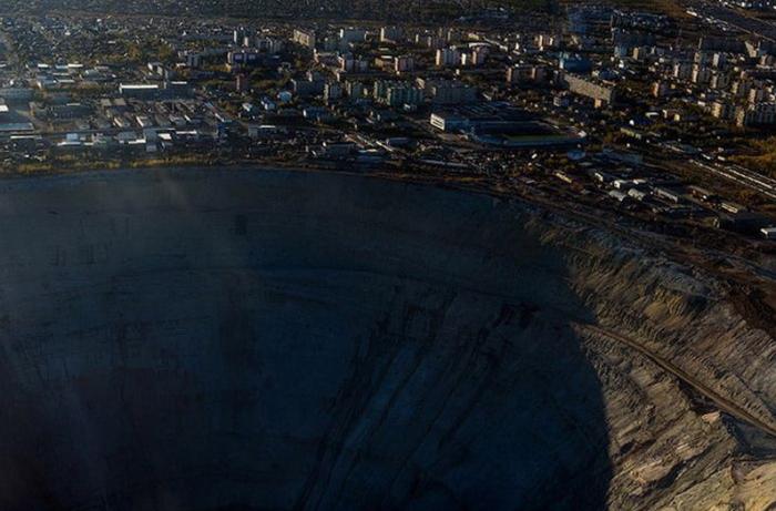 Город Мирный находится практически на краю огромного карьера / Фото: glavcom.ua
