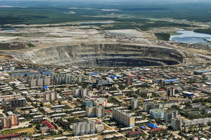 Создается впечатление, что город расположен у самого обрыва / Фото: zagopod.com