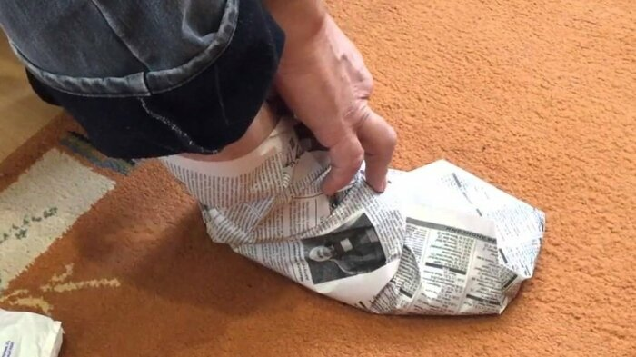 Чтобы ноги не замерзли даже в сильный мороз, поверх теплых носков нужно обернуть их обычными газетами / Фото: yandex.ru