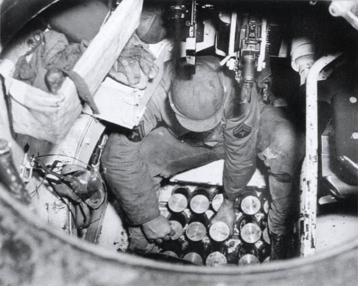 Технология «мокрой» укладки боеприпасов заключалась в несложных действиях / Фото: panzerw.narod.ru