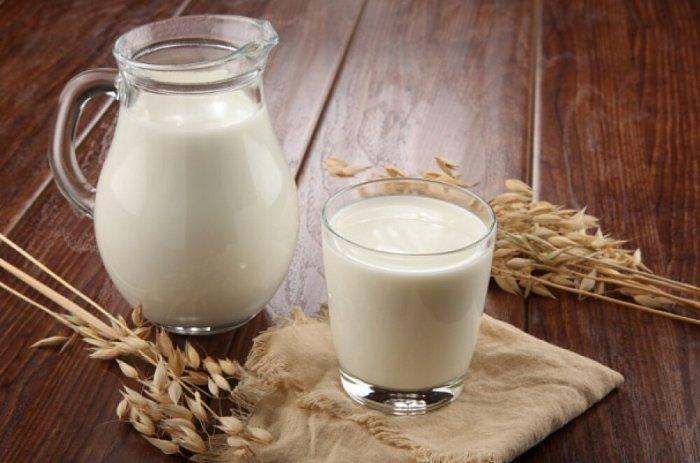 Скептики считают, что производители добавляют в молоко консерванты и антибиотики / Фото: yandex.ua