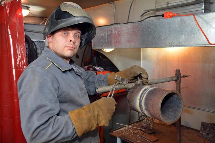 Зачастую сварщик в процессе работы прижимает детали ручкой молотка, в этом случае деревянная начала бы тлеть и дымиться / Фото: kommersant.ru