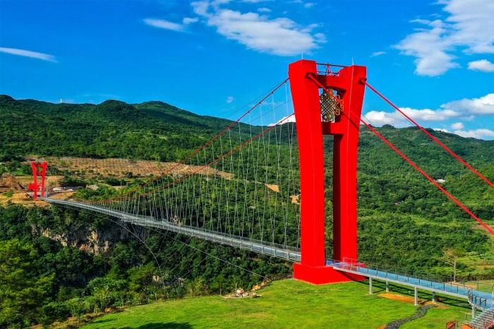 В Китае построили мост полностью из стекла, и висит он над ущельем на высоте 200 метров