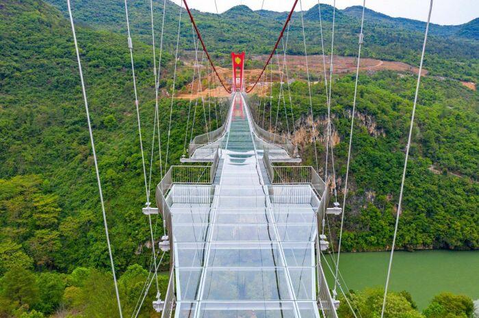Мост со стеклянным дном безопасен и имеет несколько площадок для фотосессии / Фото: point.md