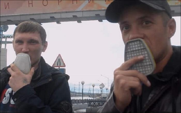 Некоторые снимают картридж с респиратора и ходят с ним по городу, вдыхая очищенный воздух через рот / Фото: youtube.com