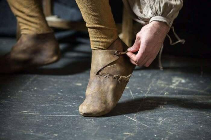 Простые люди не могли себе позволить носить пулены, ведь работать в поле или возле скота в подобных ботинках было невозможно / Фото: etsy.com