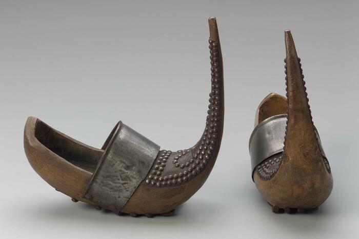 Необычный внешний вид обуви с длинными носками воспринимался неоднозначно / Фото: keywordbasket.com