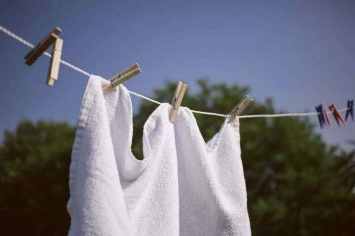Лучше всего сушить такие полотенца на сквозняке, но в тени / Фото: hoz.guru