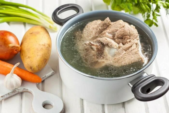 При варке не очень мягкого мяса достаточно добавить немного соды в кастрюлю / Фото: v-kusno.ru