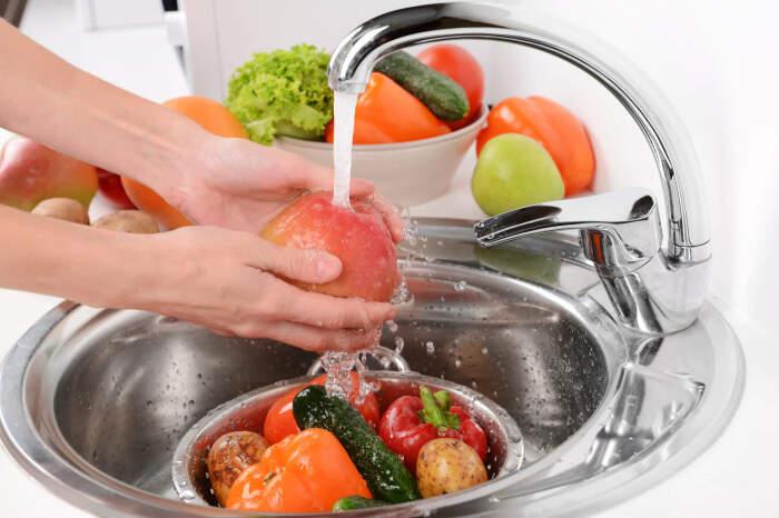 Овощи и фрукты со съедобной кожурой необходимо мыть всегда / Фото: slenderform.ru