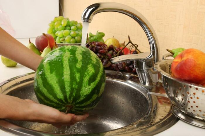 Перед употреблением следует мыть любые фрукты и овощи, загрязнения с кожуры которых могут попасть при очистке на съедобную мякоть / Фото: hasznos.net