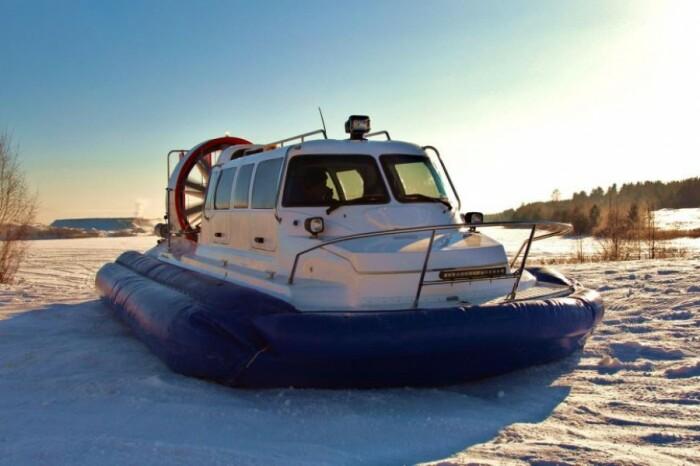 Достаточно востребованы здесь аэросани для передвижения по снегу и воде / Фото: 63.fair.ru