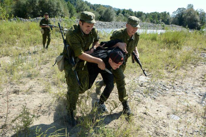 Идущий через государственную границу шпион, как правило, оружие с собой не берет / Фото: kubnews.ru