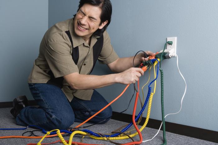 Многие пользователи даже не задумываются о том, сколько приборов подключают к одной розетке / Фото: drive2.com