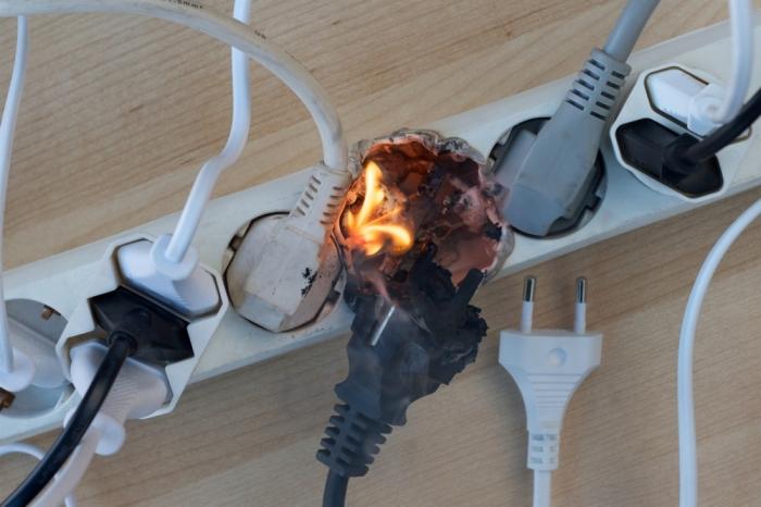 Какое-то время перегруженный удлинитель будет работать, но в определенный момент может загореться / Фото: vitri.com.ua