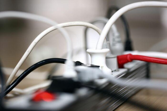 Зачастую пользователи покупают недорогой удлинитель и через него включают массу приборов / Фото: nydailynews.com