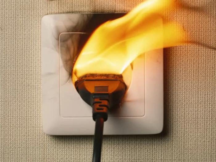 Ослабление контактов приводит к нагреванию розетки и увеличивает риск возгорания / Фото: yandex.ru