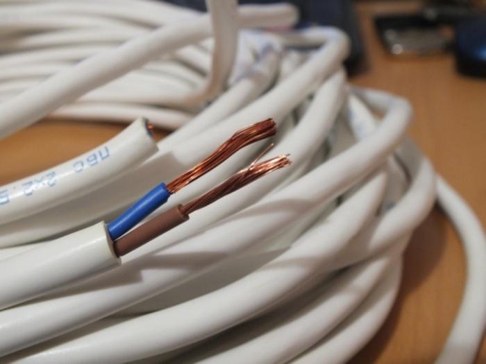 Если на линию с розетками проложить проводку, сечение которой 1,5 кв. мм, то в ряде случаев при перегрузке сам кабель начнет плавиться / Фото: luxury-house.org
