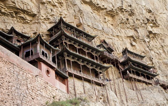Китайский монастырь Сюанькун-сы практически висит на склоне / Фото: fregataero.ru