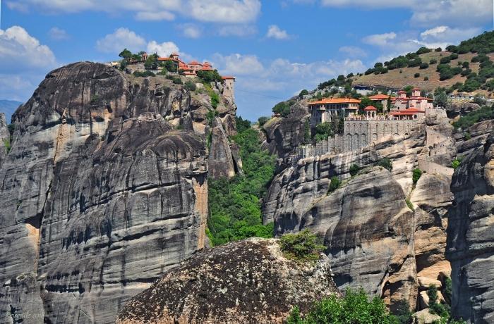 В Греции на самых вершинах так называемых столбов Метеоров находятся несколько монастырей / Фото: 123ru.net