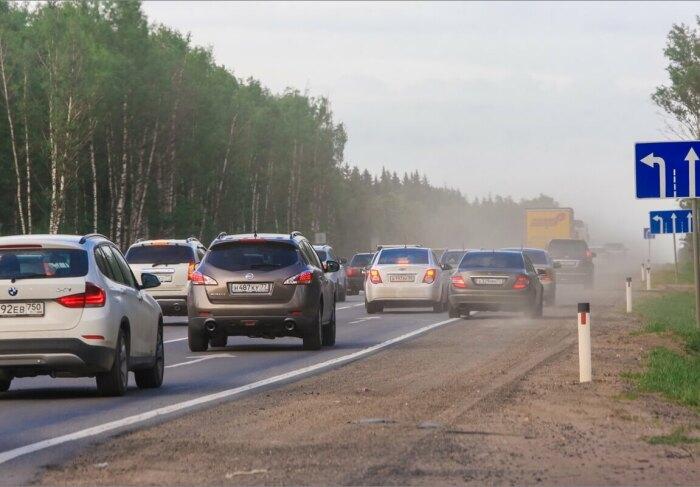 Такой водитель будет оштрафован и в случае, если на обочине иное покрытие / Фото: somanyhorses.ru