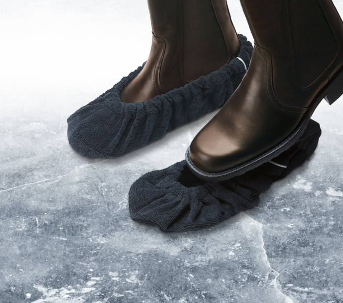 Самый элементарный способ, хотя и не очень эстетичный - носки или следы поверх обуви / Фото: mijnleefgemak.nl