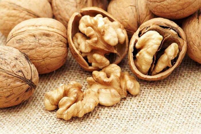 Только извлеченные ядра грецкого ореха очень полезны для здоровья / Фото: izi.ua