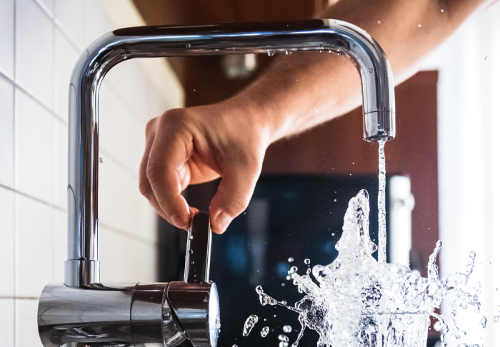 Чтобы без боязни пить  воду из-под крана, лучше воспользоваться проверенными народными способами / Фото: gorodprima.ru