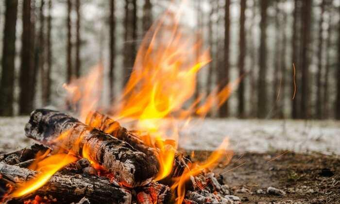 Не имея под рукой спичек или зажигалки можно разжечь огонь даже в дождливую погоду / Фото: rukinekryuki.ru