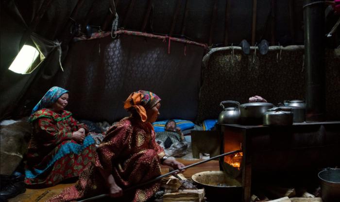 В чуме всегда горит огонь в печке и есть кипяток, поэтому развести теплую воду для гигиенических процедур не составит труда / Фото: russiatrek.org
