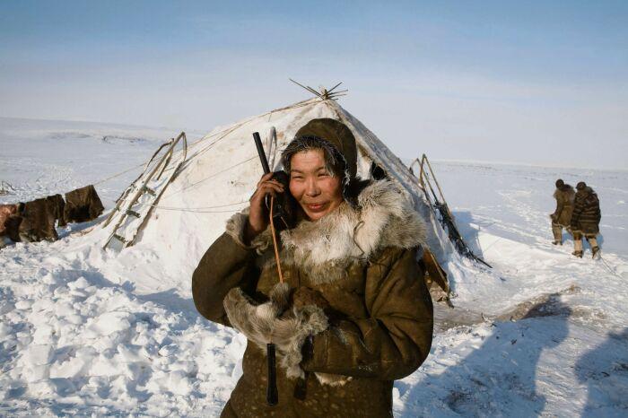 Всех оленеводов областная администрация перед отправкой в тундру обеспечивает спутниковым телефоном / Фото: anekdottut.ru
