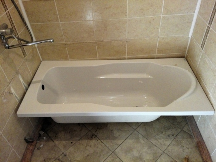 Ванна, установленная под неправильным уклоном, тоже создает проблему / Фото: m.forum.ngs.ru