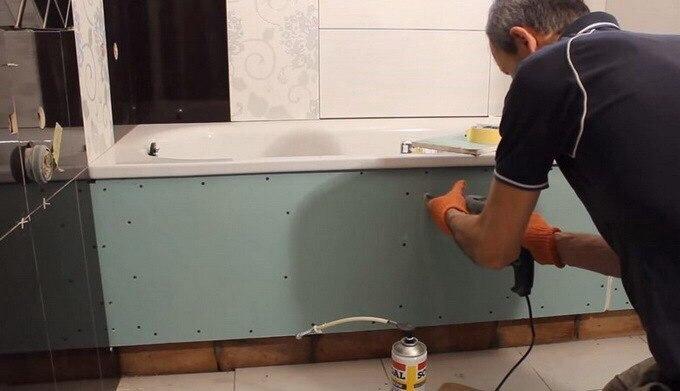 Прежде чем сделать экран из плитки, нужно наполнить водой ванну и на сутки ее оставить / Фото: remontir.pro