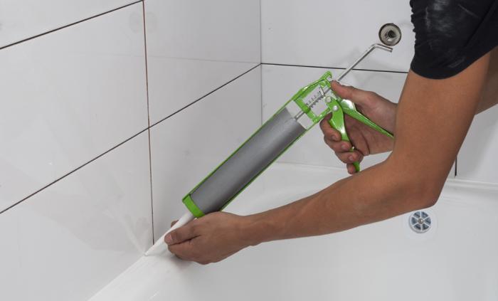 В идеале герметик следует наносить на ванну с нагрузкой – когда она заполнена водой / Фото: krovlyaplus.zp.ua
