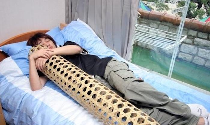 Что может быть приятнее, чем сон в обнимку с «бамбуковой женой» / Фото: yaplakal.com