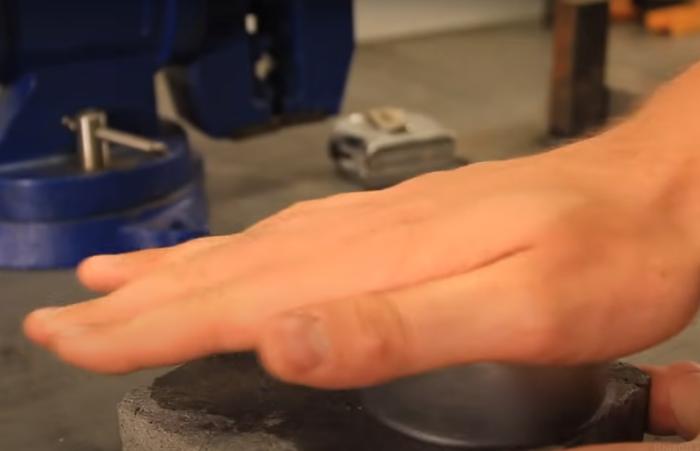 Начинаем сильно тереть о поверхность камня на протяжении 30 секунд / Фото: youtube.com