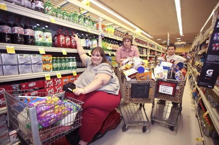 Американцы предпочитают наполнить корзину пивом, газировкой и снеками / Фото: news.myseldon.com