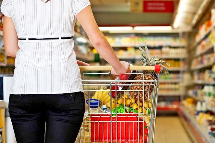 По наполнению корзины сразу понятно, кто перед вами - русские сначала смотрят на яйца, хлеб, молоко, фрукты и овощи / Фото: news.myseldon.com