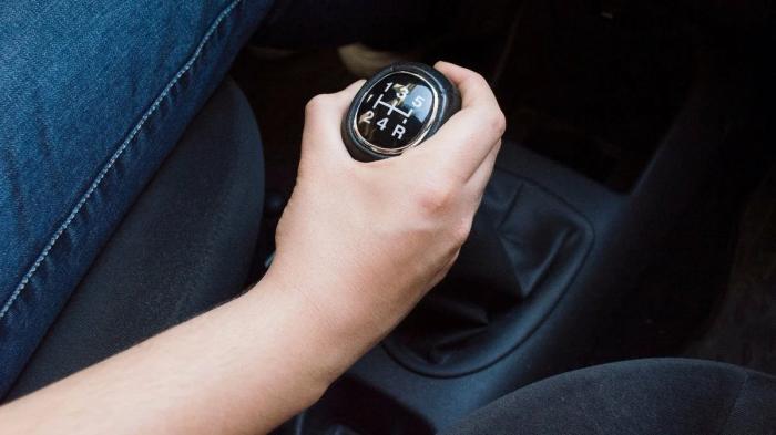 Нередко водители предполагают, что это своеобразные подсказки для них в случае с установкой на транспорте коробки передач механического типа / Фото: tj-service.ru