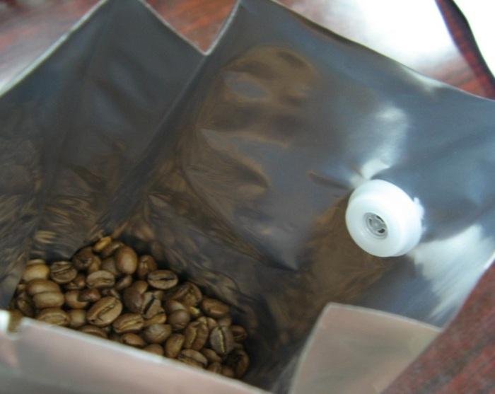 Если в упаковке нет специального отверстия, то это означает, что кофе не упаковывался сразу после обжарки / Фото: russian.alibaba.com