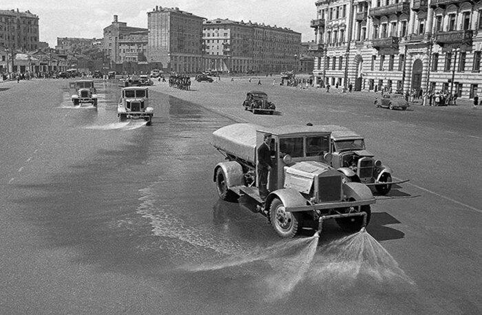 После того, как проследовали солдаты вермахта, проехали поливальные машины, чтобы очистить улицы от грязи нацистов / Фото: pastvu.com