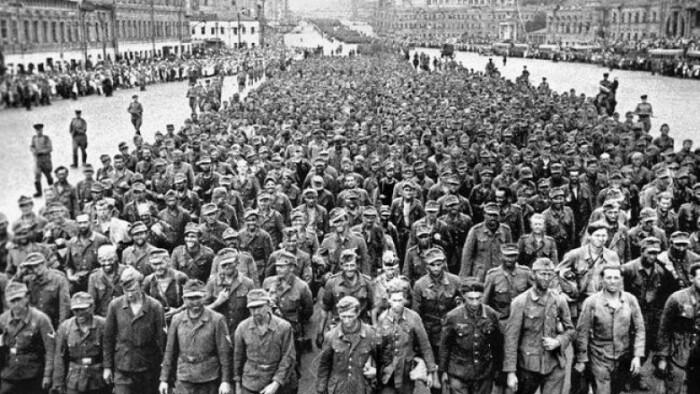 Солдаты вермахта маршировали по Москве грязные, в порванной одежде / Фото: homsk.com